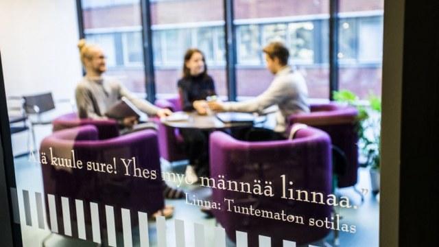 Ryhmätyön tekemistä Linna-kirjastossa.